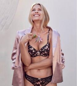 Daniela Pestova lactourea reklámból 2.png