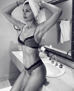 Daniela Pestova lactourea reklámból.png